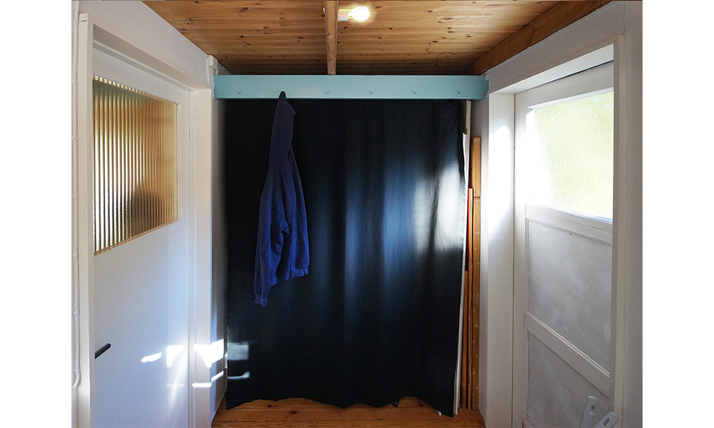 Beam in the hallway lifting the loft, holding a draper and serves as a clothes hanger